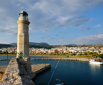 Rethymnon vuurtoren in de baai in de haven